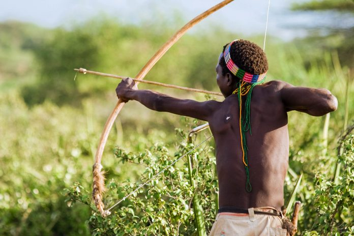 tribu-hadzabe-cazando-lago-eyasi
